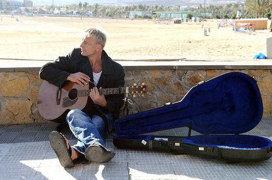 Martin Maxa ve videoklipu, který natáčí na Fuerteventuře.