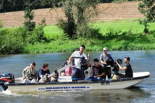 Filmový štáb se musel přesunout komplet na řeku.