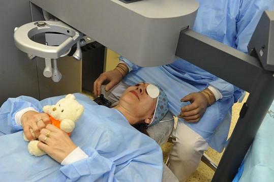 Míša si na operaci vzala i svého plyšáčka.