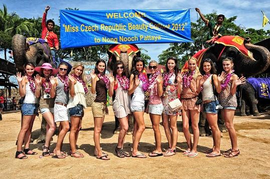 Pracovníci pattayské zoo přivítali dívky se vší parádou.