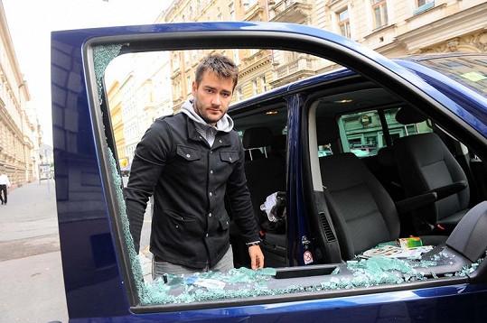 Marek Ztracený před rozbitým okénkem.