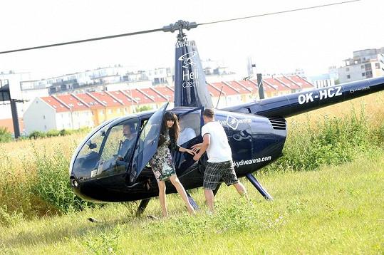 Iva si vzala do vrtulníku raději úzké šaty.