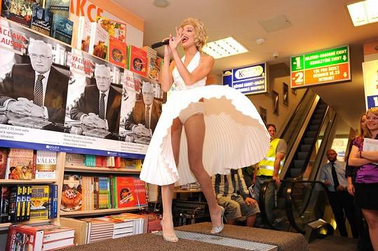Olga Lounová ukázala při zpěvu i kalhotky.