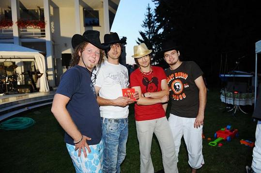 K zábavě hrála kapela Chai, samozřejmě také v kloboucích.