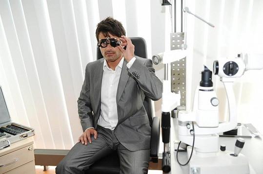Mirek Šimůnek už má po operací očí, takže žádná dioptrická skla nepotřebuje.