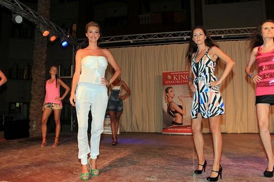 Dominika Mesarošová vede začínající modelky na jejich první přehlídce.