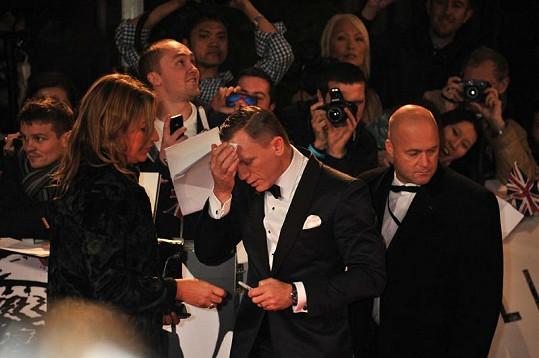 Daniel Craig měl pořádnou chřipku, ale pracovní povinnosti jsou nevyhnutelné.