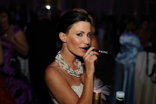 Gabriela Partyšová vypadá s cigaretou jako dáma.