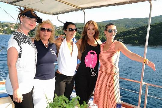 Herečky s majitelkou cestovky Sotirou Koreckou Margaritopulu.