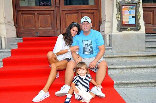 Petra Faltýnová s manželem Simonem Šteklem a dcerou Adrianou na schodech karlovarského divadla.