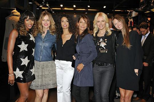 Naomi Campbell (vlevo) vypadala vedle Evy Herzigové mnohem stylověji.