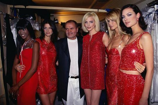 Zlatá éra topmodelek a ikona mezi návrháři (zleva): Naomi Campbell, Stephanie Seymour, Gianni Versace, Nadja Auermann, Claudia Schiffer a Shalom Harlow.
