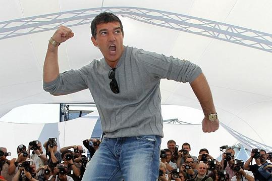 Antonio komika ve svém těle nezapře.