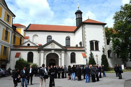 Smuteční hosté před kostelem.