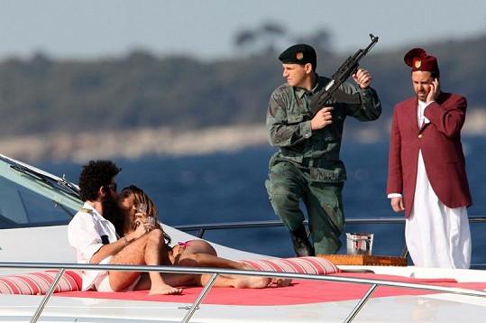 Sacha Baron Cohen jako diktátor a jeho milenka na oko Elisabetta Canalis.