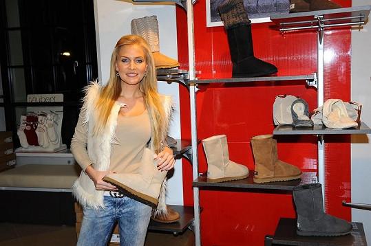 """Michaela Ochotská na nákupech v Říčanech. V těchto luxusních """"huculích"""" jí v New Yorku rozhodně zima nebude."""