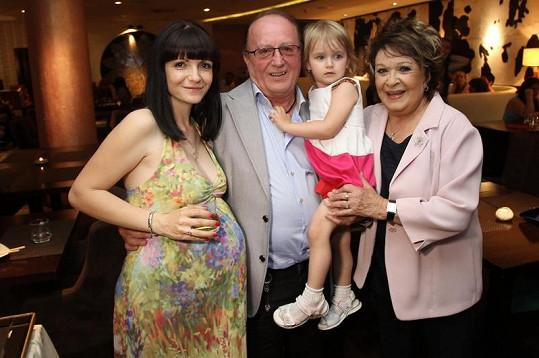 Rodinka s Jiřinou Bohdalovou.