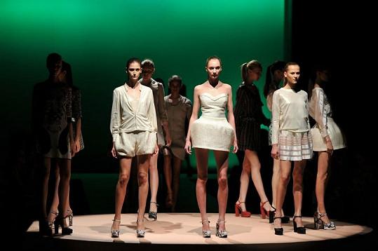 Půvabné modelky předvádí šaty na brazilském Fashion Weeku.