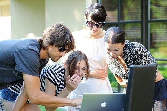 Gábina Partyšová se s fotografem Danielem Zahrádkou, vizážistkou Lucií Janků a Anit Nono z fashionbooku dívá na nafocené fotografie.