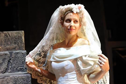Tereza Mátlová ve svatebních šatech.