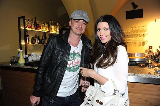 Tereza Kerndlová s přítelem René Mayerem na výstavě o skupině ABBA.