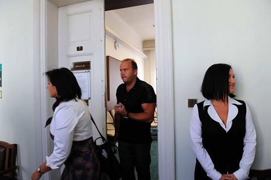 Marek Vít i Mirka Čejková odchází od soudu.