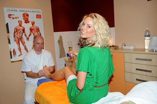 Nikol Moravcová si nechala udělat masáž nohou.