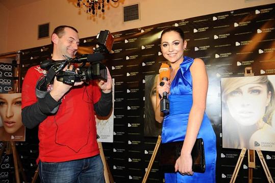 Hana Svobodová si roli reportérky zkoušela na párty v Coco baru.