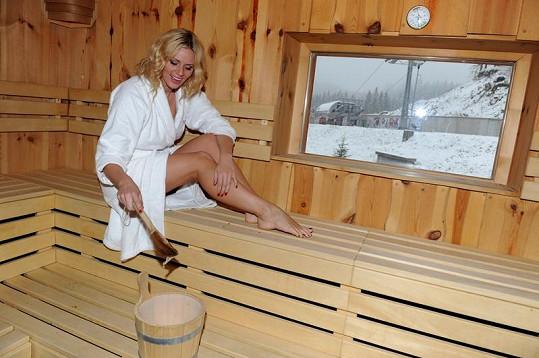 Blondýnka se vyhřívala také v sauně.