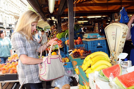 Leona nakupuje hodně ovoce a zeleniny