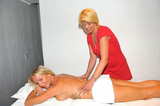 Martina Pártlová si odpočinula na masáži.