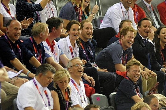Fandili Kate s Williamem a jeho bratrem Harrym i britský premiér David Cameron s manželkou.