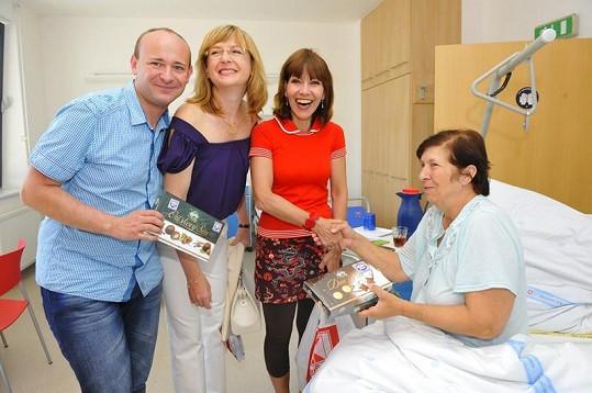Moderátorka s herečkou rozdávaly dárky i pacientkám. Vlevo pořadatel charit David Novotný.
