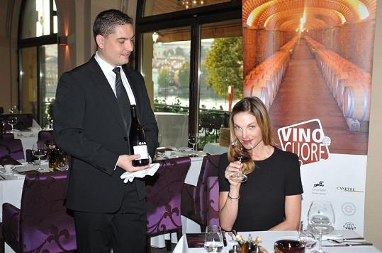 Pavlína Němcová ochutnává luxusní vína.