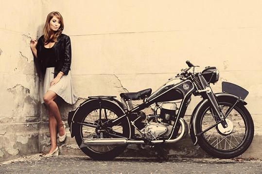 Danica Jurčová se fotila se starožitnou motorkou.