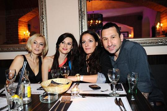 Bára Kolářová, Mirka Košťanová s kamarádkou a DJ Uwa si dali společně novoroční večeři.