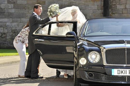 Nevěsta měla menší problém při nasedání do vozu.