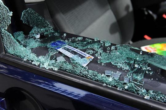 Rozbité okno vozu.