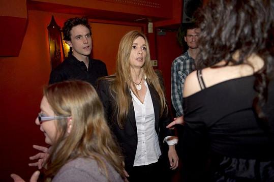 Představitelka seriálové Heleny Helène Rollès (uprostřed).