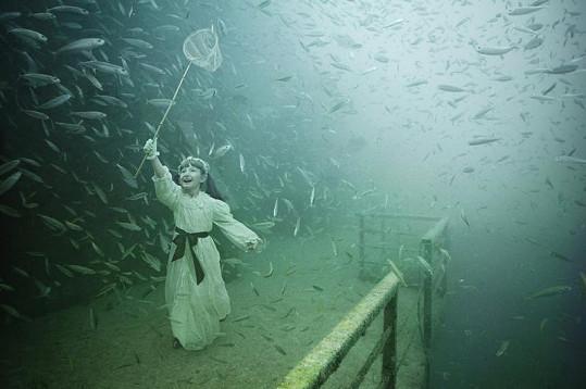 Tento nevšední obrázek zachycuje dívku se síťkou lovící motýly.