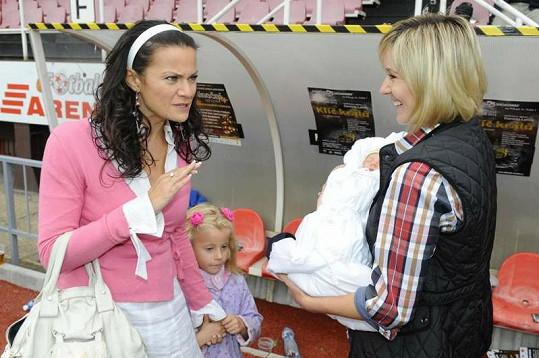 Vanda Károlyi Konečná s dcerkou si prohlížely mimino.