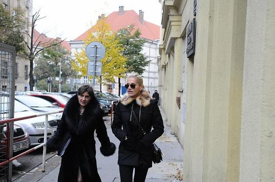 Dara a její právnička přicházejí k soudu.
