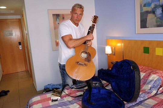 Kytara byla nejen rekvizitou při natáčení, hrál i po večerech při sklence sangrie.