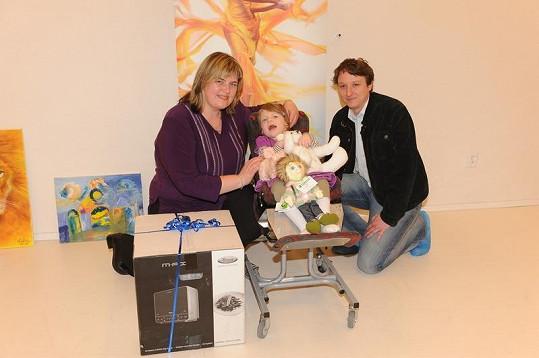 Kateřina Hájková s dcerou Karolínkou získaly multifunkční troubu. Tu dodal sponzor Whirpool a i když ji v dražbě získal Petr Hlavatý, rozhodl se ji přesto věnovat rodině.