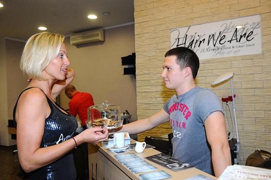 Zuza Belohorcová v kadeřnickém salónu.