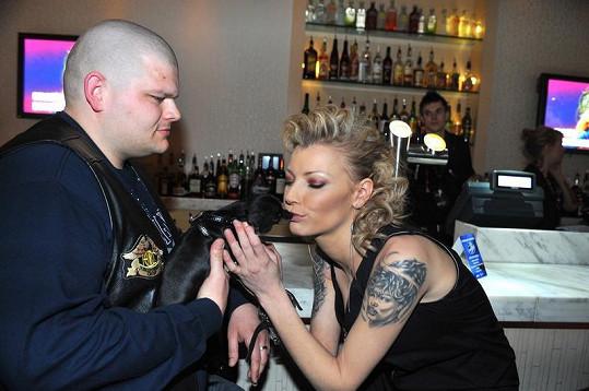 Helena Zeťová se nemohla na párty Superstar odtrhnout od pětiměsíční fenky svého kamaráda Fandy