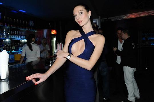 Modelka neměla podprsenku.