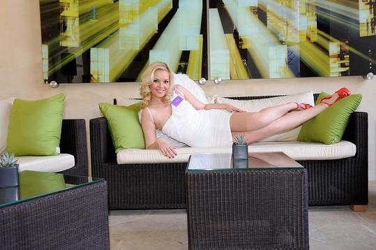 Markéta si udělala pohodlí na letní terase restaurace.
