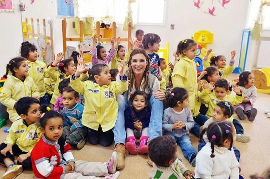 Alena s tuniskými opuštěnými dětmi.