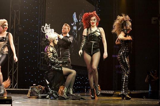 Loňský držitel titulu Kadeřník roku Zoltán Takács během své show upravoval účes modelce a předvedl taneční číslo na vysokých podpatcích.